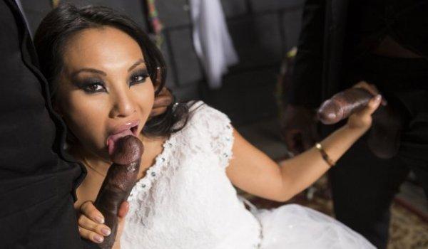 Imagem para Asiática vestida de noiva pagando boquete para dois negões
