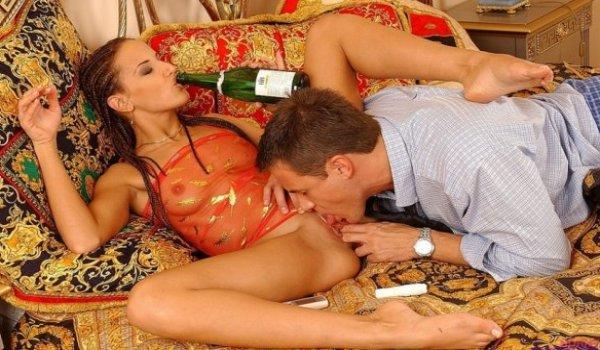 Homem lambe a xoxota da sua parceira enquanto ela bebe champanhe
