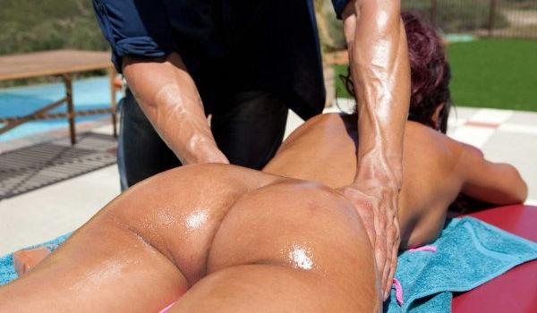Morena gostosa recebendo uma massagem no bumbum