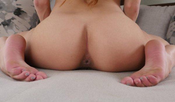 Loira magrinha mostrando o cu