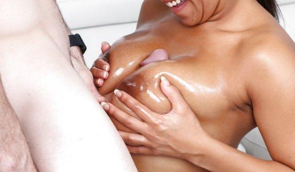 Negra latina fazendo uma espanhola com seus seios cheios de óleo