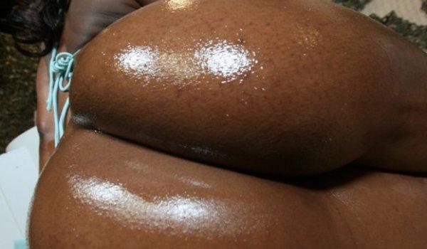 Negra mostrando a bunda gostosa cheia de óleo
