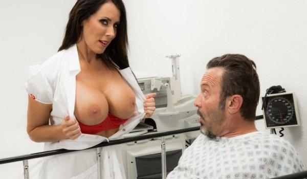 Enfermeira sexy mostrando os peitos para o paciente