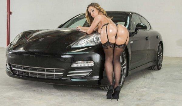 Imagem para Morena encosta no carro e empina essa bunda gostosa