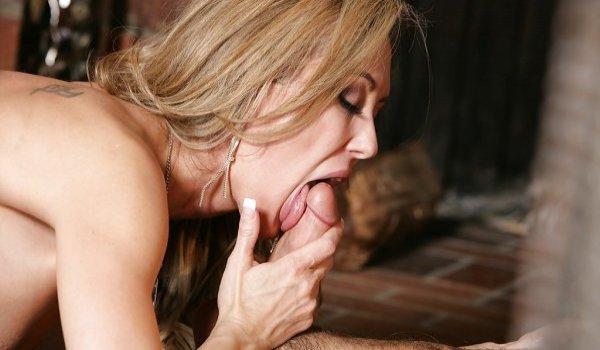 Madura sarada passando a língua na piroca