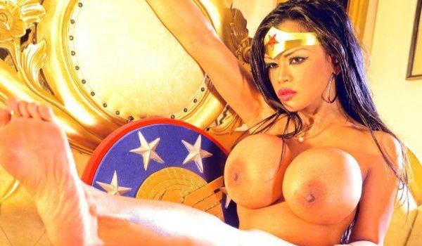 Mulher maravilha mostrando seus seios siliconados