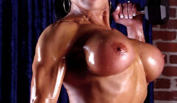 Musculosa levanta pesos com os seios nus