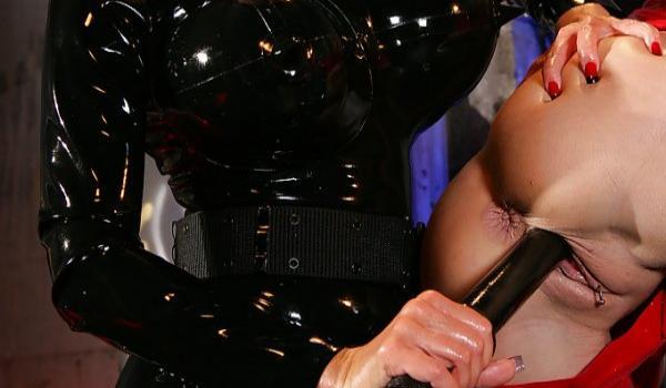 Policial ruiva enfiando o cassetete na xoxota da loira