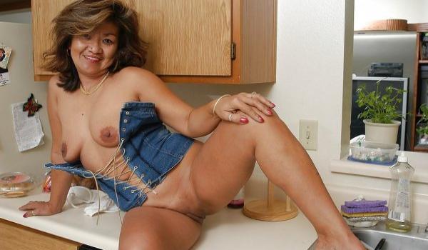 Asiática madura mostrando seu corpo gostoso
