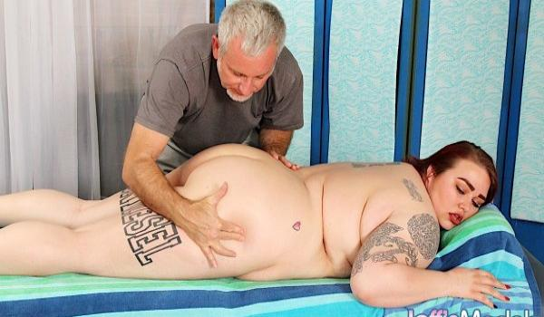 Gorda branquinha recebendo massagem no bumbum
