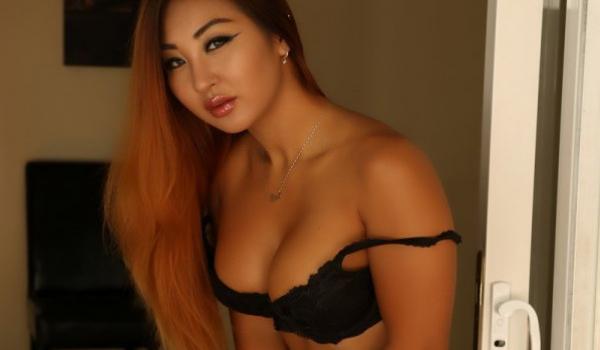 Asiática gata se exibe de lingerie
