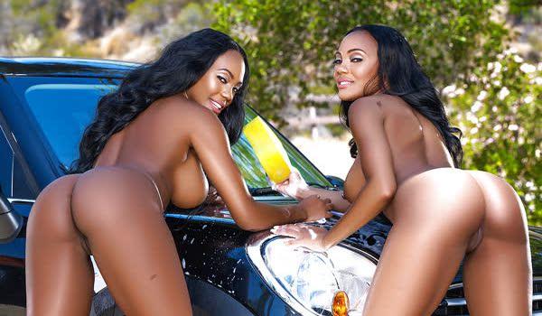 Negras gostosas limpando o carro