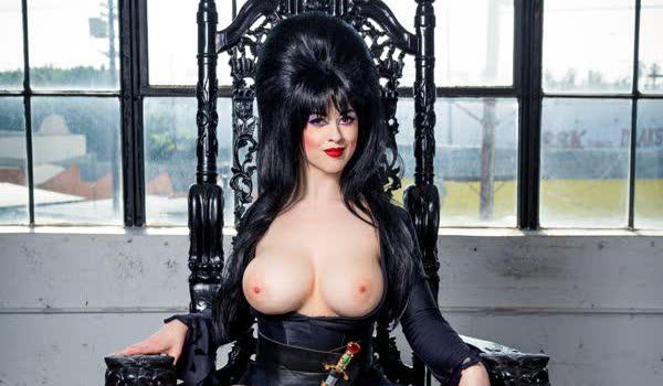 Cosplay – Elvira mostrando os peitos