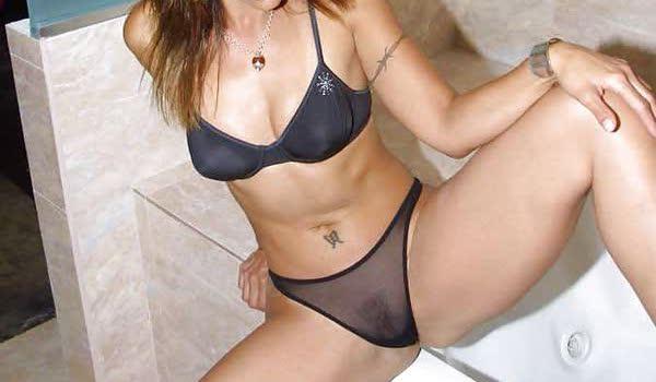 Gostosa sensualizando em sua lingerie