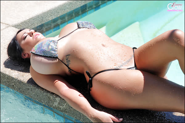 leanne-crow-mostrando-seus-seios-grandes-na-piscina-10