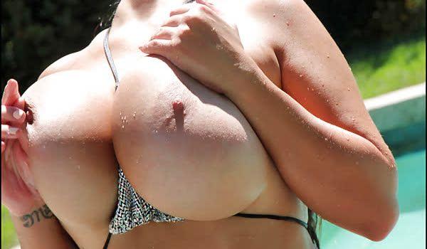Imagem para Leanne Crow mostrando seus seios grandes na piscina