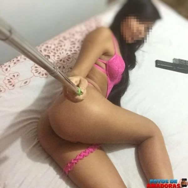 putinha-amadora-tirando-selfie-so-de-lingerie-1