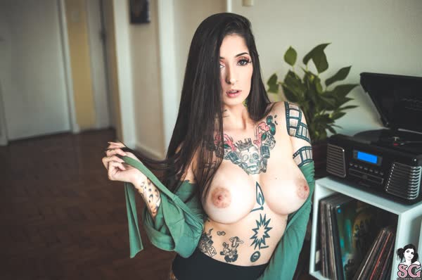 tatuada-sexy-e-gata-se-mostrou-pelada-15