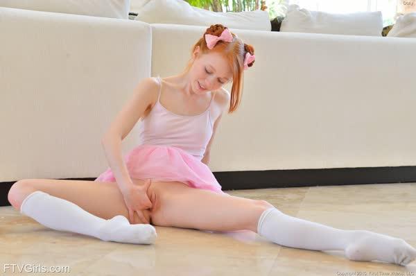 bailarina-novinha-se-masturbando-18