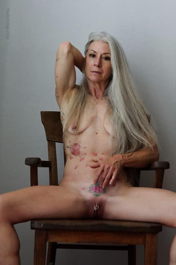 loira-madura-mostrando-os-piercings-na-rachada-14