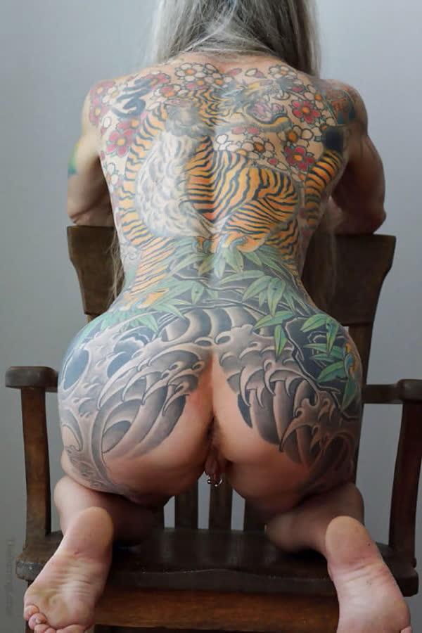loira-madura-mostrando-os-piercings-na-rachada-15