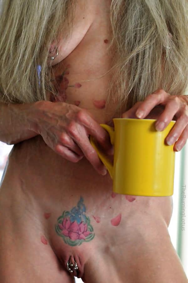 loira-madura-mostrando-os-piercings-na-rachada-2