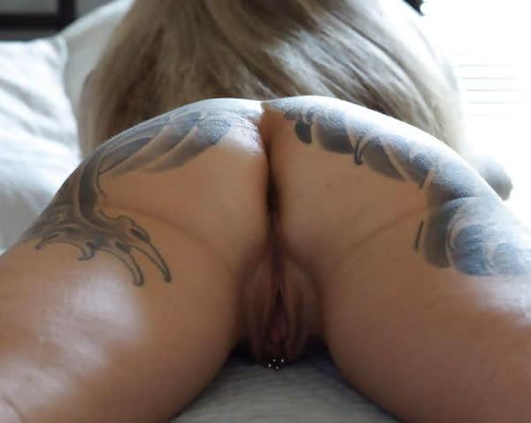 loira-madura-mostrando-os-piercings-na-rachada-21