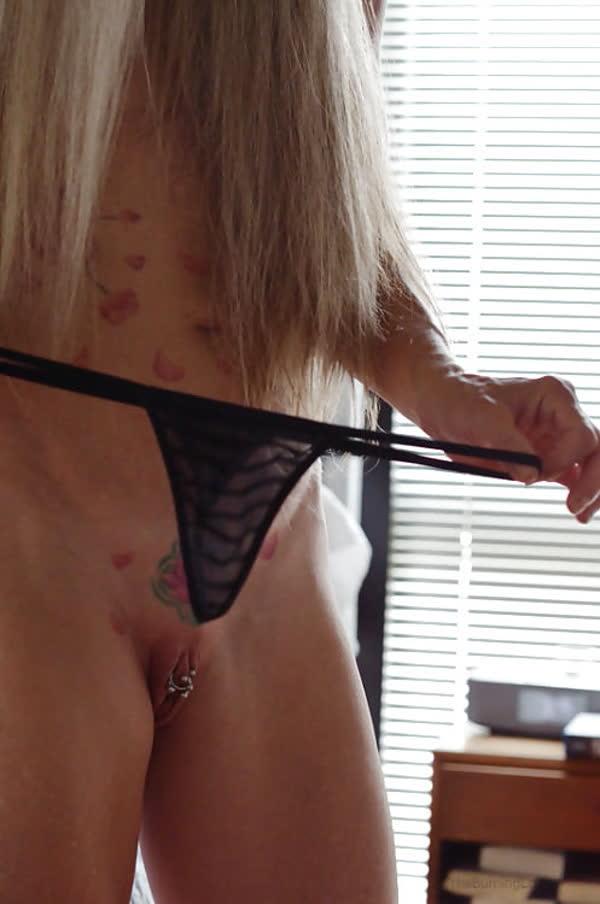 loira-madura-mostrando-os-piercings-na-rachada-25