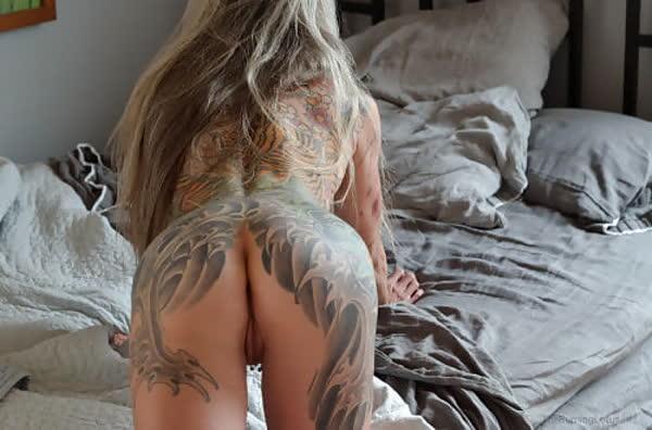 loira-madura-mostrando-os-piercings-na-rachada-26