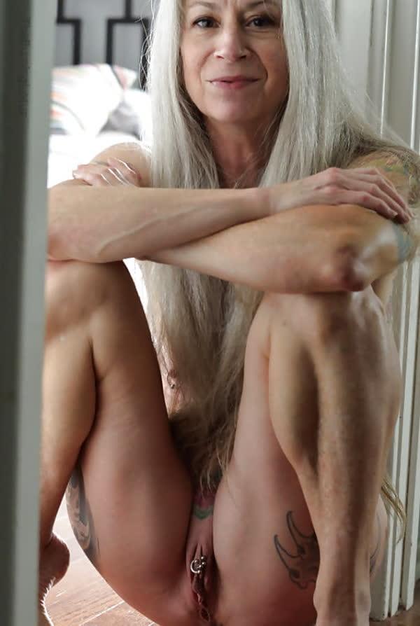 loira-madura-mostrando-os-piercings-na-rachada-28