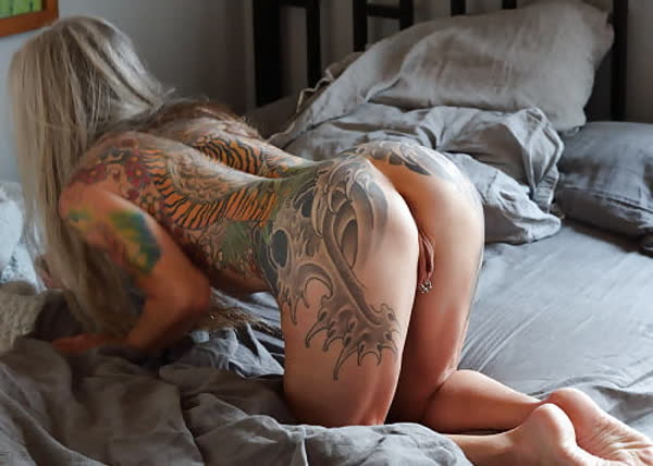 loira-madura-mostrando-os-piercings-na-rachada-30