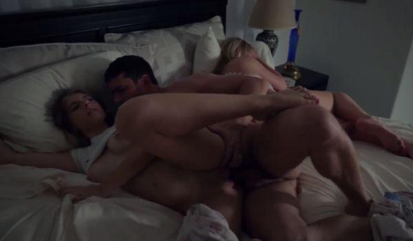 Casal fode enquanto a amiga dorme do lado