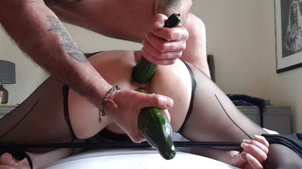 marido-enfiando-pepinos-no-rabo-da-esposa-16