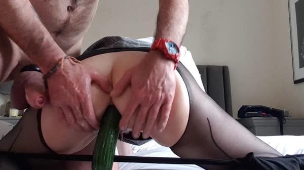 marido-enfiando-pepinos-no-rabo-da-esposa-29