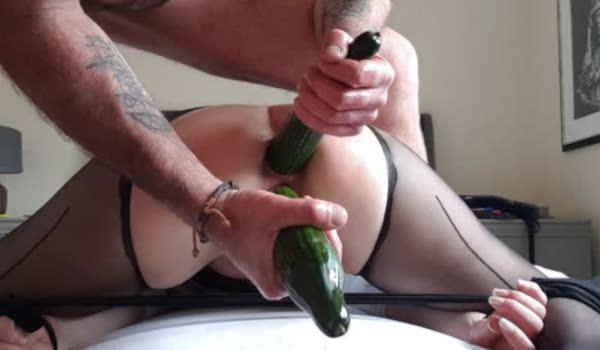 Imagem para Marido enfiando pepinos no rabo da esposa