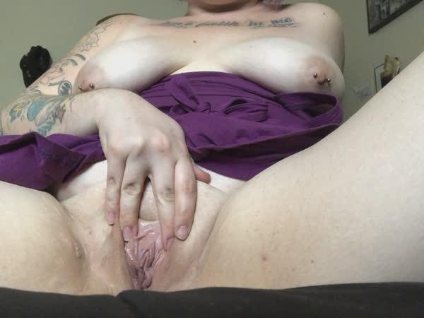 gordinha-tatuada-com-piercing-nos-mamilos-12
