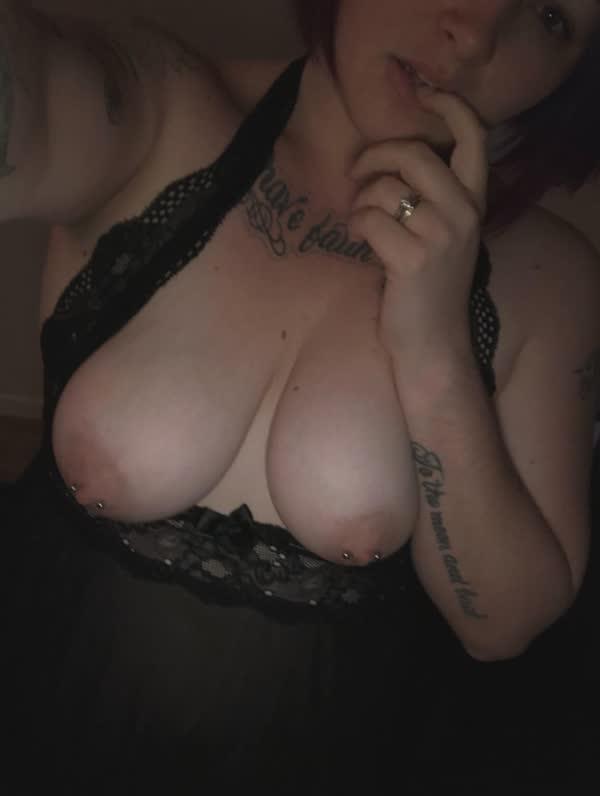 gordinha-tatuada-com-piercing-nos-mamilos-17