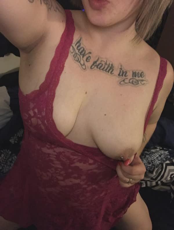 gordinha-tatuada-com-piercing-nos-mamilos-35