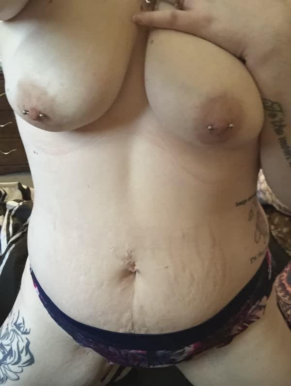 gordinha-tatuada-com-piercing-nos-mamilos-6