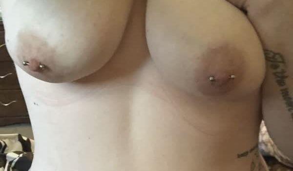 Gordinha tatuada com piercing nos mamilos