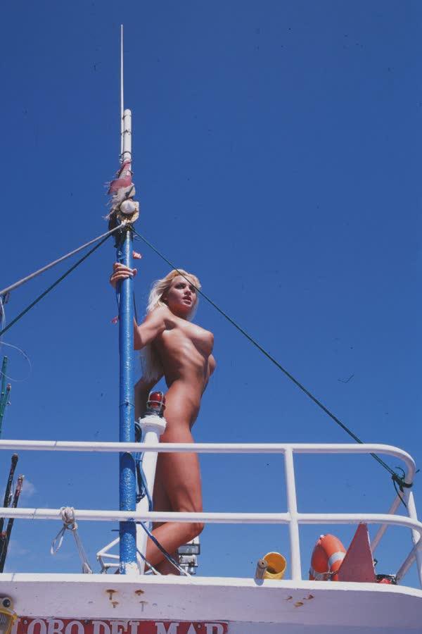 loira-platinada-ficou-nua-no-barco-12
