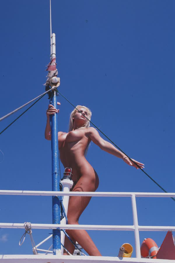 loira-platinada-ficou-nua-no-barco-15