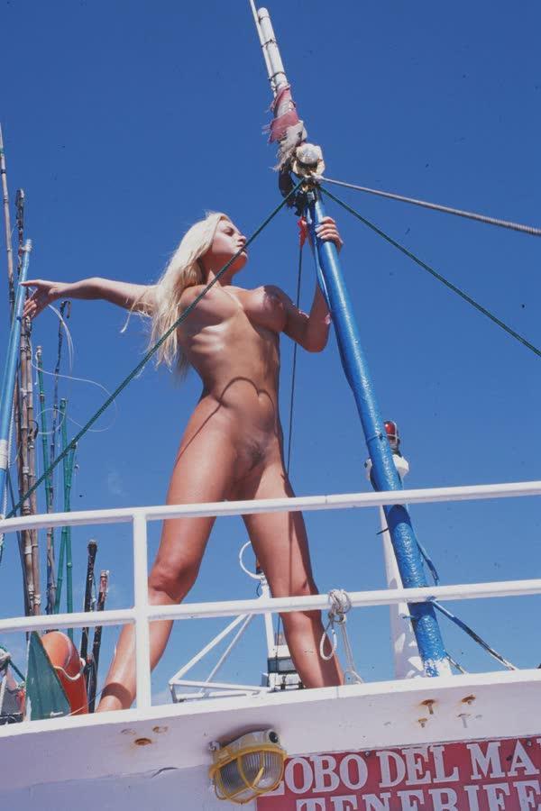 loira-platinada-ficou-nua-no-barco-16