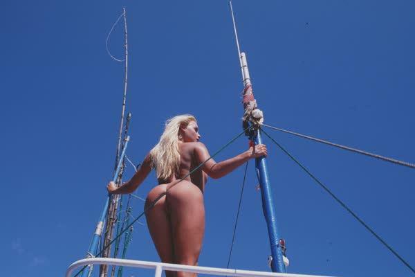 loira-platinada-ficou-nua-no-barco-18