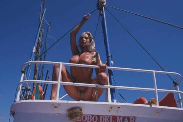 loira-platinada-ficou-nua-no-barco-21