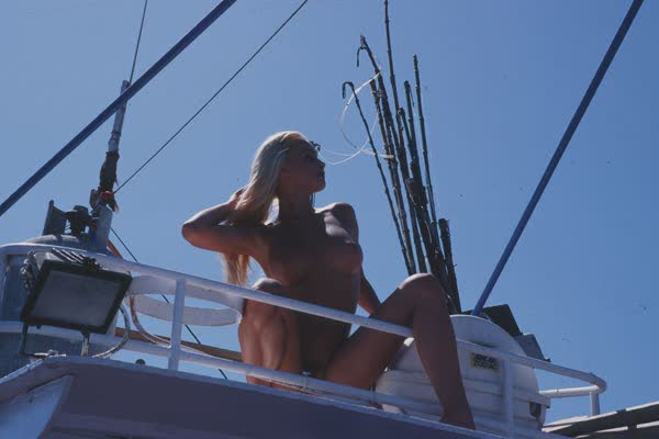 loira-platinada-ficou-nua-no-barco-23