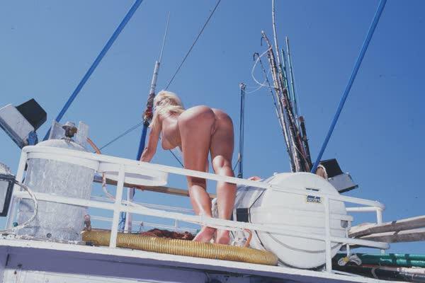 loira-platinada-ficou-nua-no-barco-24