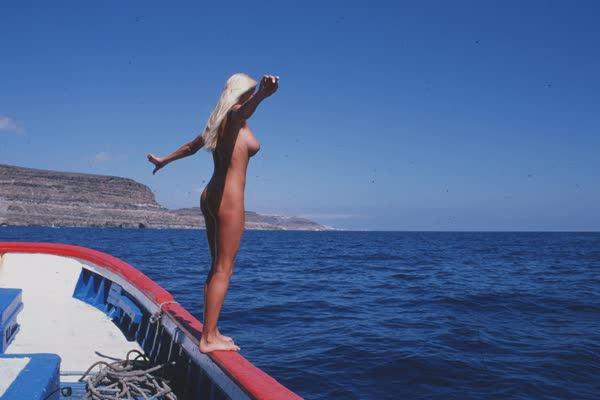 loira-platinada-ficou-nua-no-barco-26