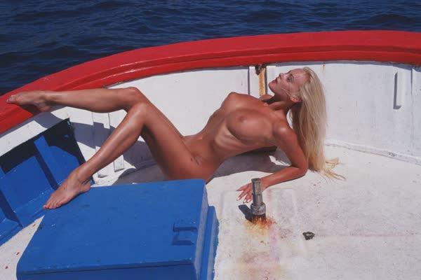 loira-platinada-ficou-nua-no-barco-8