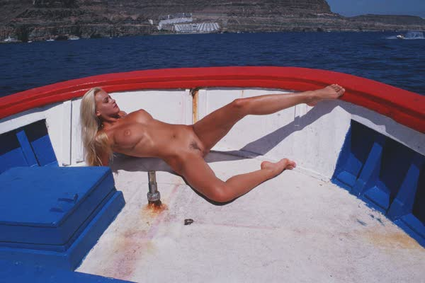 loira-platinada-ficou-nua-no-barco-9